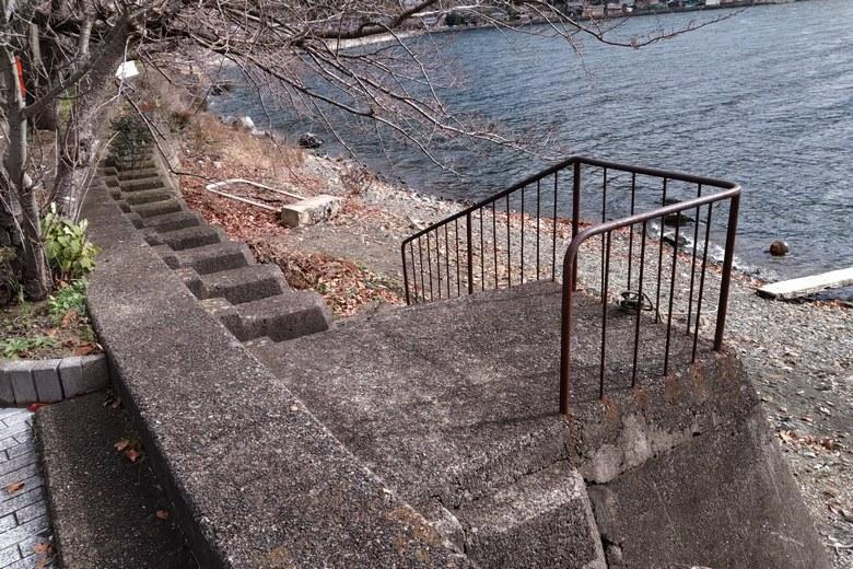 菅浦の琵琶湖湖岸に下りる階段