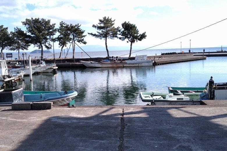 知内漁港と漁船