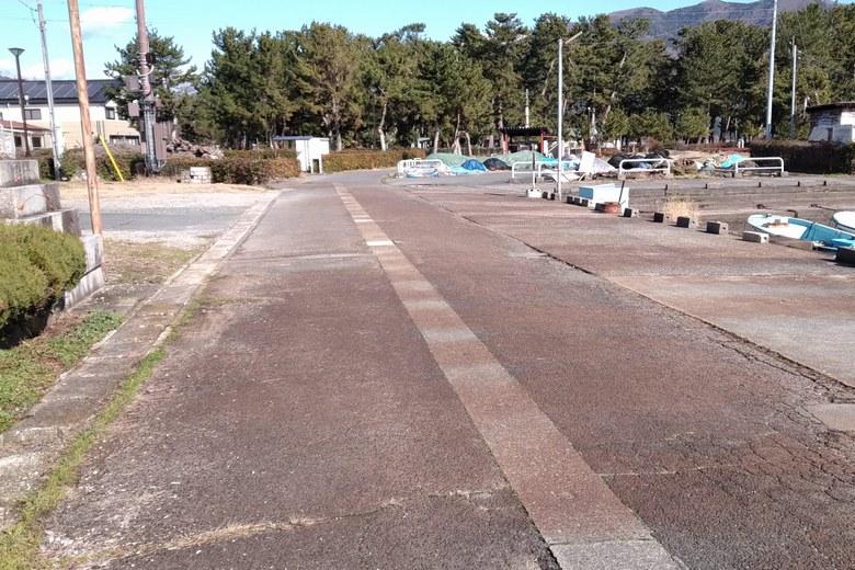 知内漁港の前の道路