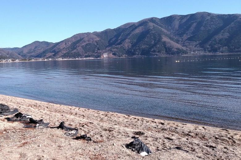 知内川河口の北側の岸辺と琵琶湖