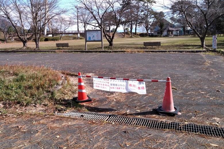 知内川河口の近くの駐車場は閉鎖されている