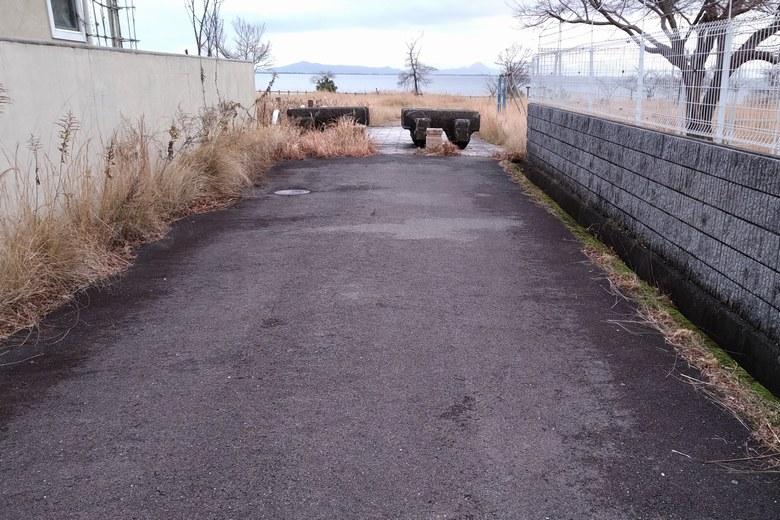 比良川河口へ向かう細い通り道