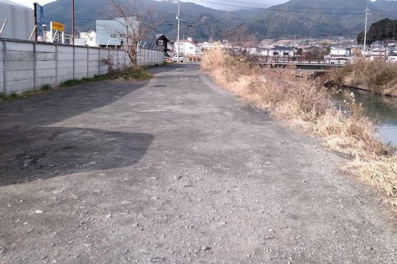 カネカ裏の通路前の駐車スペース
