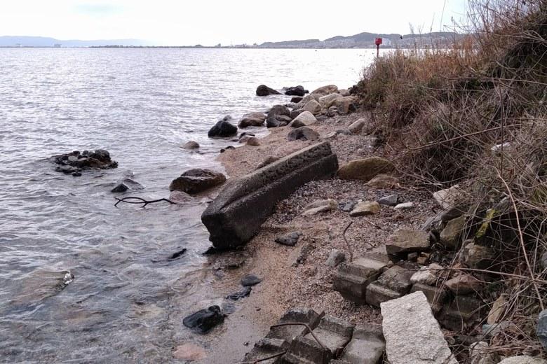 木戸川の河口に点在するブロック片