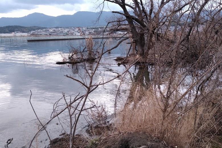 衣川湖岸緑地の先端と旧御呂戸川の跡