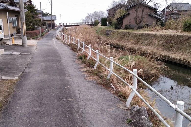 県道から喜撰川の河口へ行く道