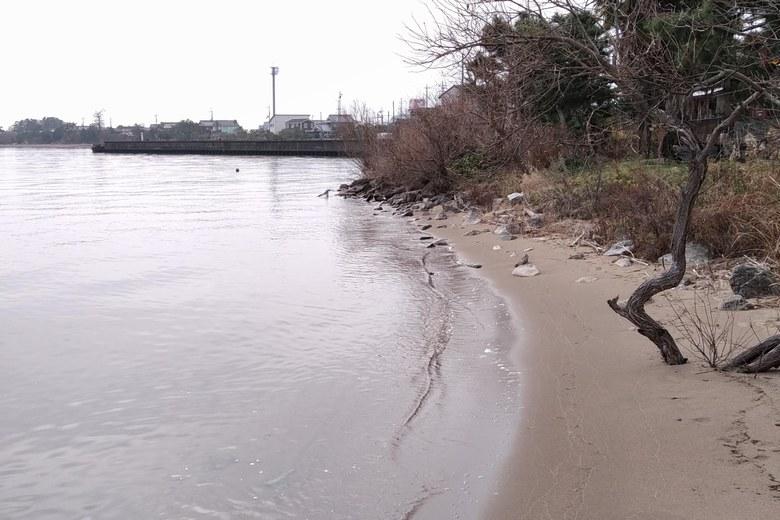 砂浜と和邇漁港