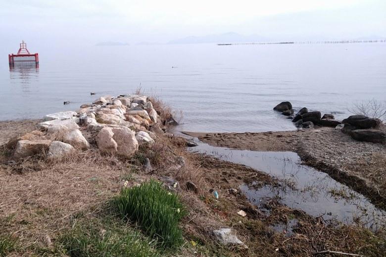 和邇北浜の流れ込みと取水塔