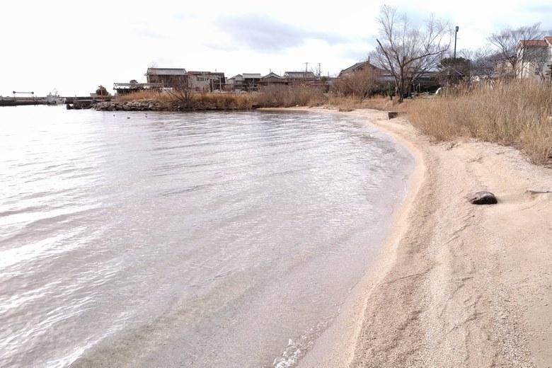 北小松漁港の北の砂浜