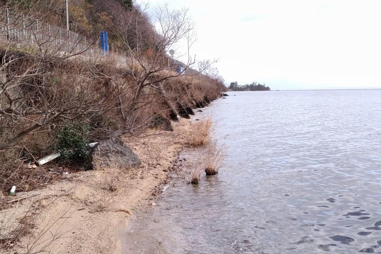 北小松の砂浜の岸辺がなくなる