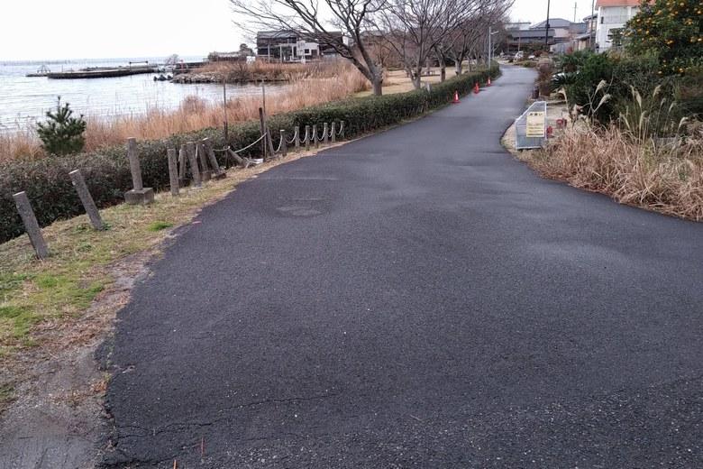北小松漁港への細い道