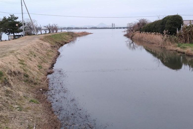 上流から見た真野川の河口