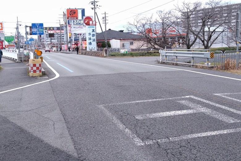 真野川の近くの県道558号線