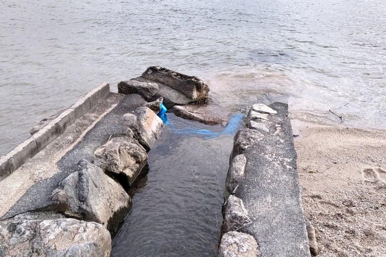 松ノ浦の北の水路の流れ込み