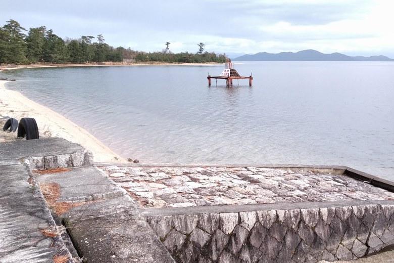 松ノ浦の岸辺と取水塔