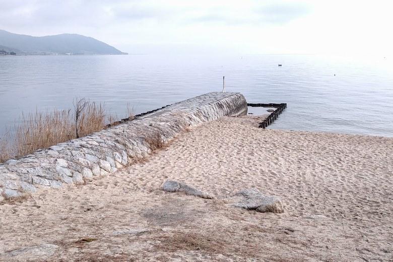 南小松港の出口にある石積み突堤
