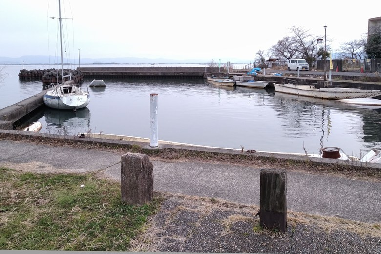 なぎさ漁港と船