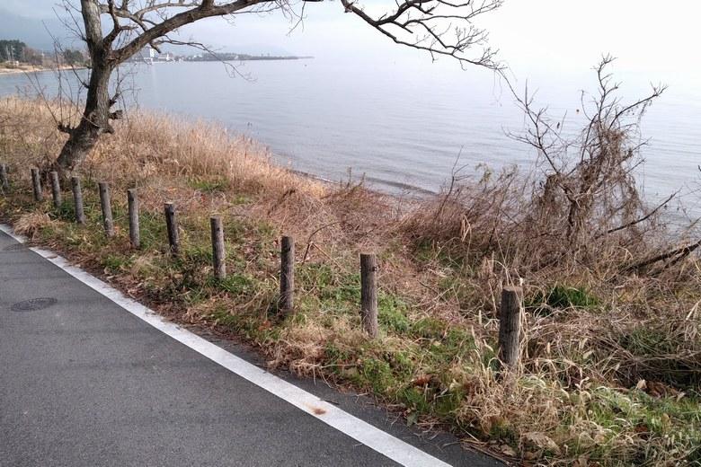 野離子川の北の道路と岸辺