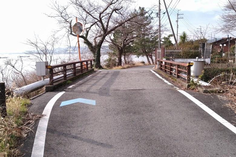 野離子川河口の前を通る道路