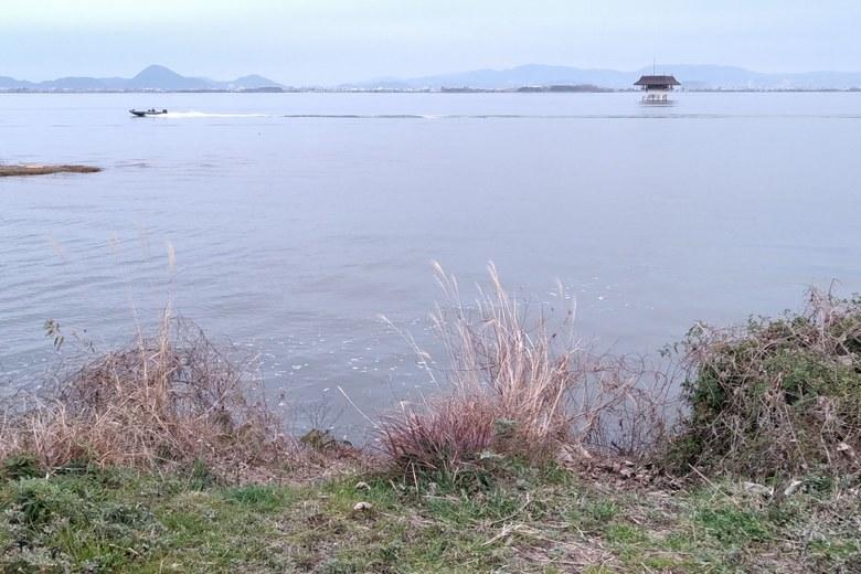 雄琴川の沖を走るボートと観測所