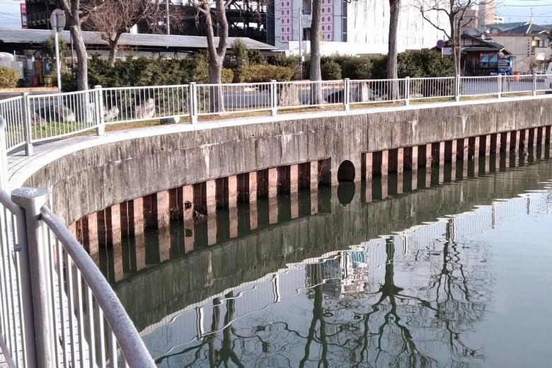 雄琴港の北にある排水口