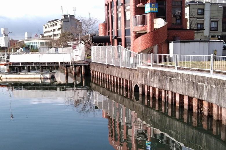 雄琴港の北西にある排水口