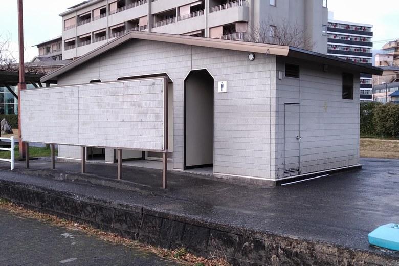 雄琴港の西岸のトイレ