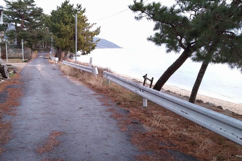 JR近江舞子駅から湖岸につづく細い道路