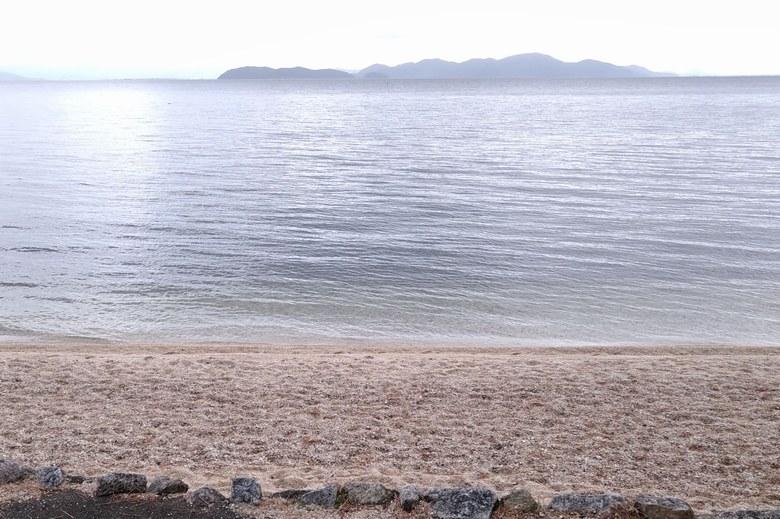近江舞子の北の砂浜と沖