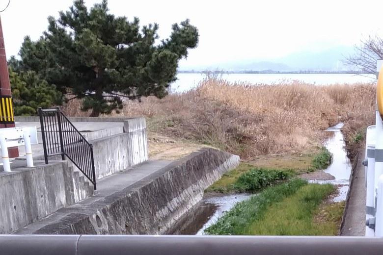 住宅街から大宮川河口へ行く道