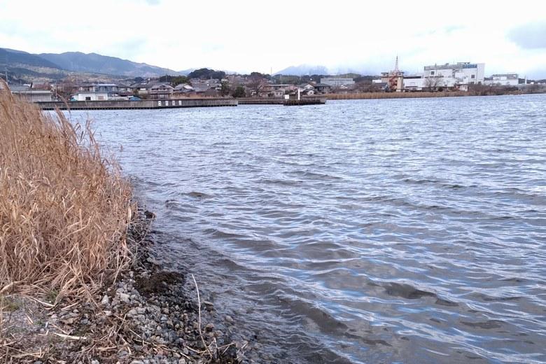 大宮川の北岸から見える若宮漁港とカネカ