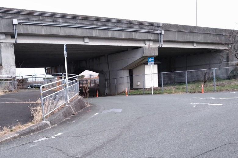 大溝橋の下から国道へ入る道路