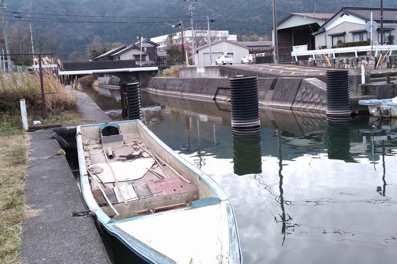 大溝漁港の水路と支柱