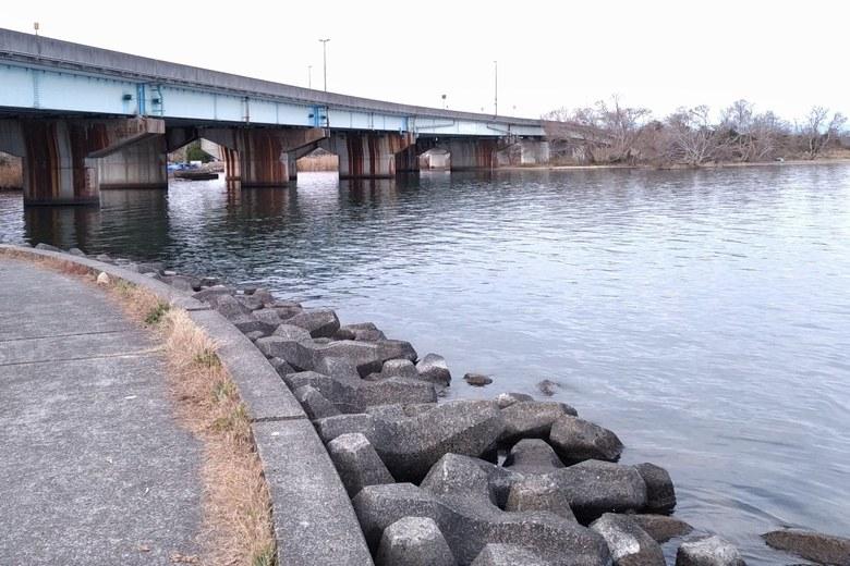 水上警察前のテトラブロックと大溝橋