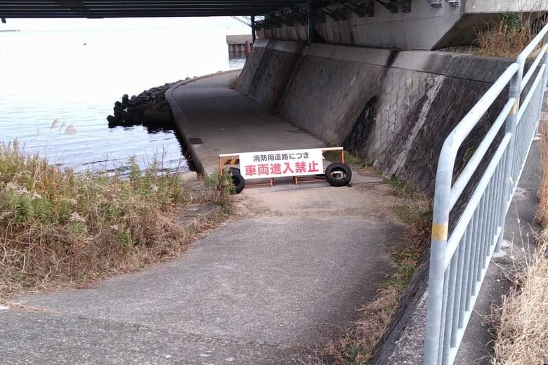 テトラ帯への通路と看板