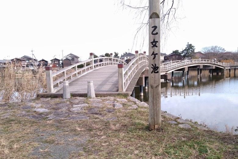 乙女ヶ池の看板と太鼓橋