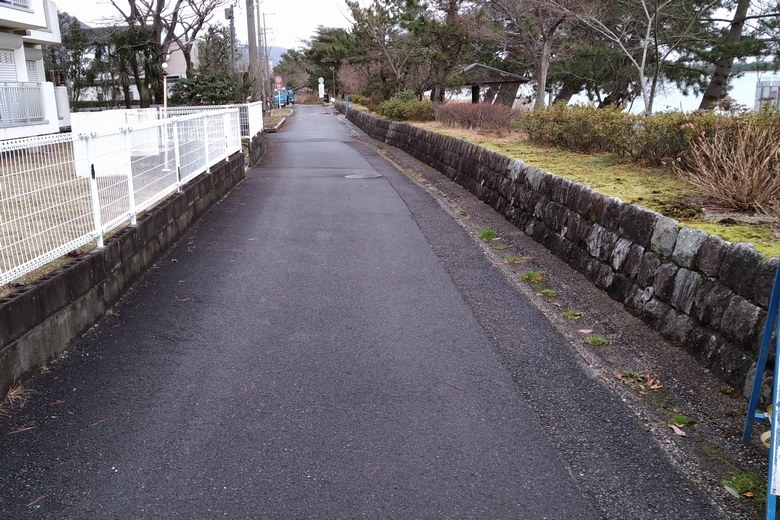 志賀駅前の湖岸の細い道路