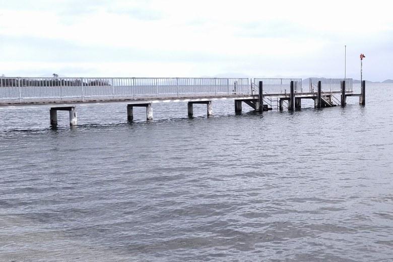 志賀駅前の松ノ浦浜の桟橋