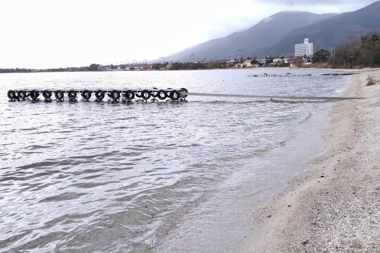 滝川の南の砂浜にある桟橋