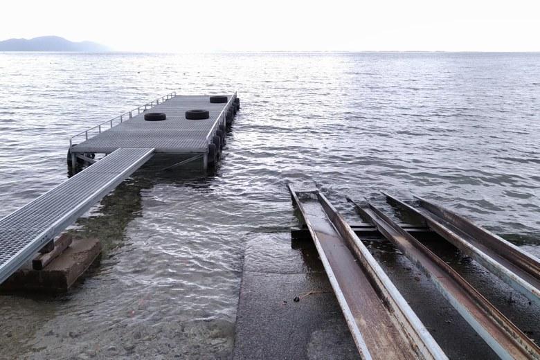 琵琶湖の水面に伸びるレールと桟橋