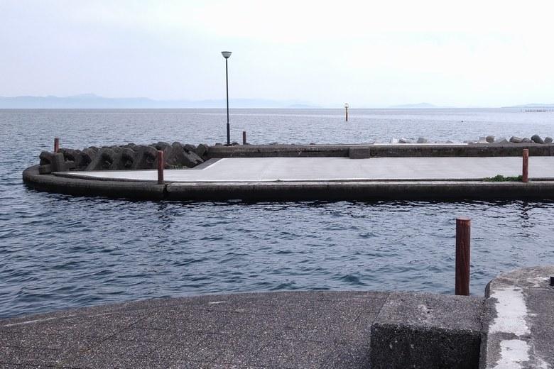 知内漁港の防波堤とテトラブロック