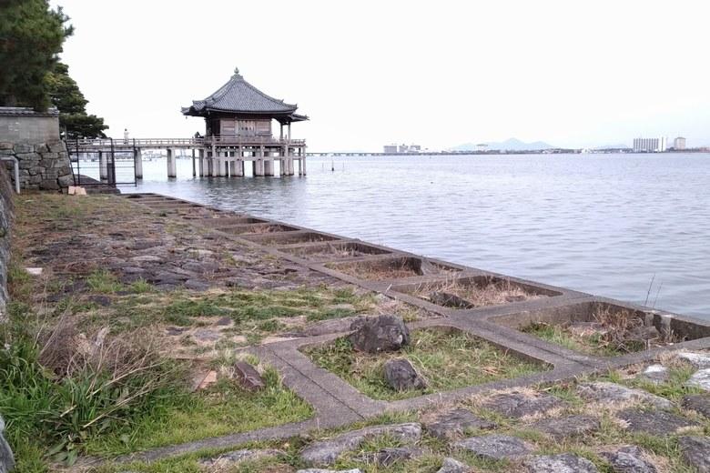 浮御堂と石積み護岸