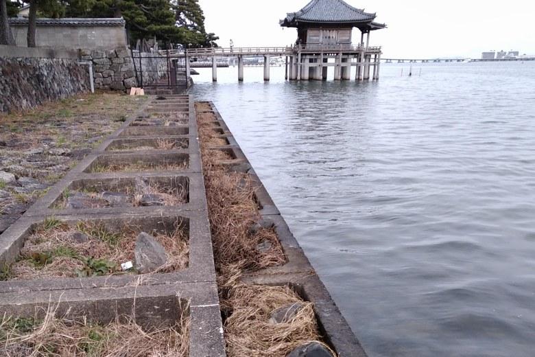 浮御堂と岸辺