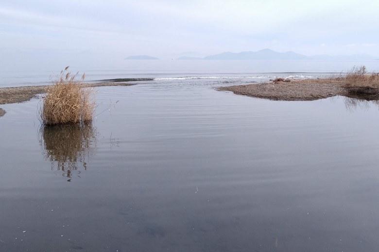 和邇川の河口と沖