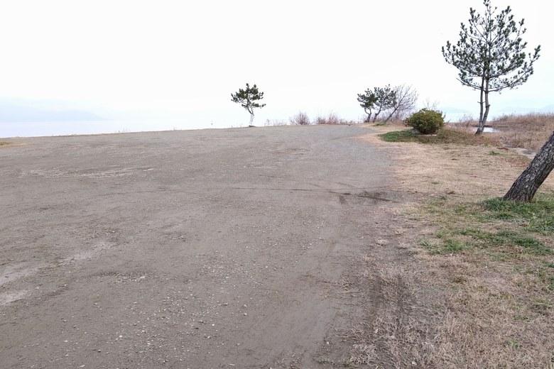 和邇川河口にある駐車場エリア