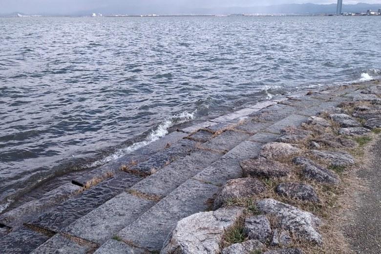 柳が崎の先端の、階段の護岸