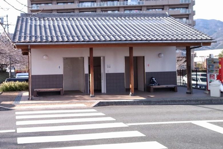 柳が崎湖畔公園の駐車場にあるトイレ