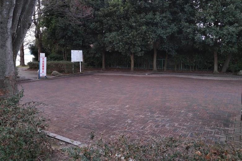 四ツ谷湖岸緑地の駐車場