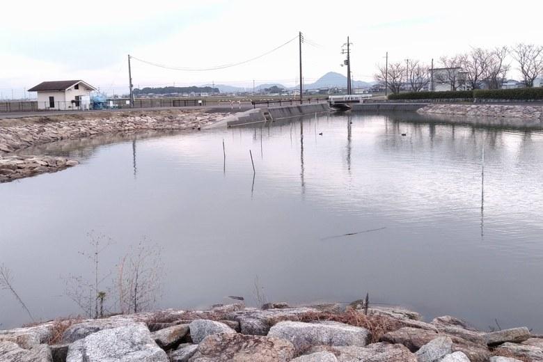 石積み護岸に囲まれた水路