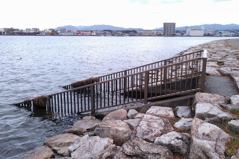 御殿浜の用水路の鉄柵